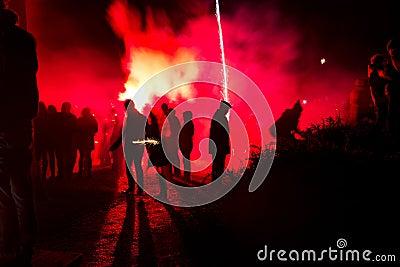 Silueta de la gente con los fuegos artificiales