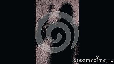 Silueta del bandido con el arma que apunta a través de las puertas cerradas de cristal, asesinato del contrato almacen de video