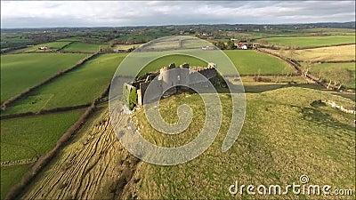 Silueta del hombre de negocios Cowering Castillo de Roche Dundalk irlanda almacen de video