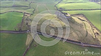 Silueta del hombre de negocios Cowering Castillo de Roche Dundalk irlanda almacen de metraje de vídeo