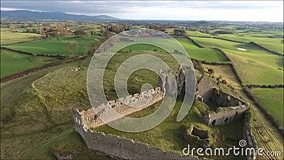 Silueta del hombre de negocios Cowering Castillo de Roche Dundalk irlanda metrajes