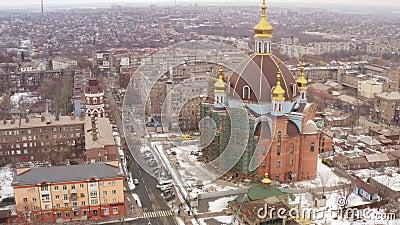 Silueta del hombre de negocios Cowering El templo más grande de Mariupol Ucrania metrajes