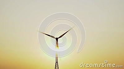 Siluetta del mulino a vento con il sole direttamente dietro durante il tramonto video d archivio