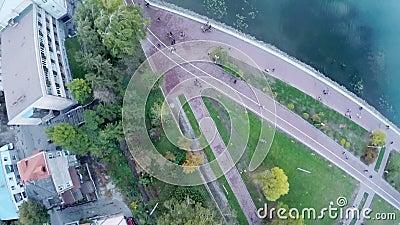 Siluetta dell'uomo Cowering di affari bella vista della città, dell'argine e del lago blu da una vista dell's-occhio del ` dell'u archivi video