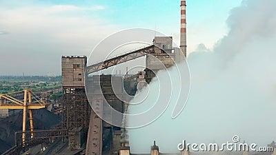 Siluetta dell'uomo Cowering di affari Il tubo dell'industria inquina l'atmosfera con fumo, inquinamento dell'ecologia, fabbrica i stock footage