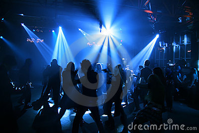 Siluette degli adolescenti di dancing