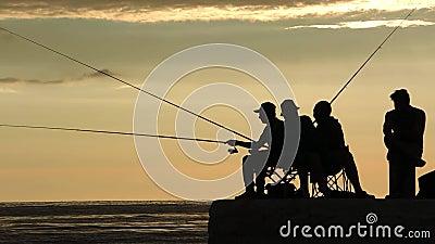 Siluette dei pescatori all'alba sul bacino archivi video