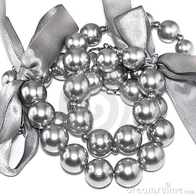 Silvery pearl necklace