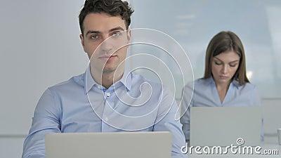 Sim, concorde o homem de negócios Accepting Plan agitando a cabeça vídeos de arquivo