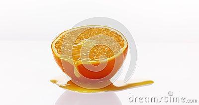 Sinaasappel, citrus sinensis, Oranje Juice Flowing tegen Witte achtergrond, stock video