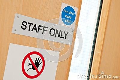Sinais da equipe de funcionários somente no laboratório