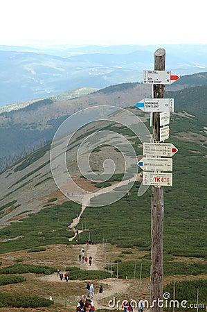 Sinais na fuga em montanhas de Karkonosze Fotografia Editorial