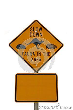 Sinal da fauna do Slow down isolado no branco