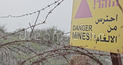 Sinal de aviso do campo de minas em Golan Heights na beira de Síria Israel vídeos de arquivo