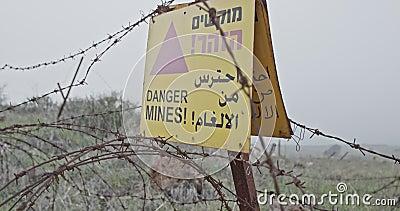 Sinal de aviso do campo de minas em Golan Heights na beira de Síria Israel filme