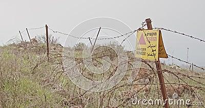 Sinal de aviso do campo de minas em Golan Heights na beira de Síria Israel video estoque