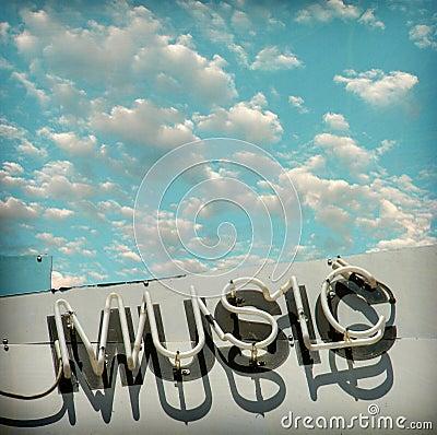 Sinal de néon envelhecido e vestido da música da foto do vintage