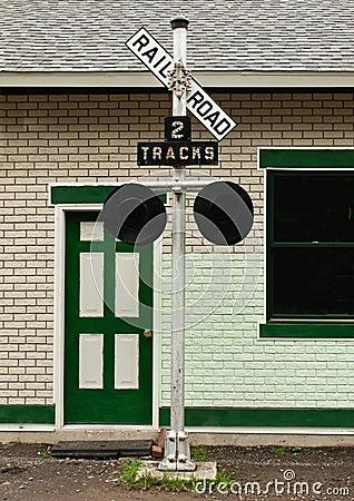 Sinal velho do cruzamento de estrada de ferro