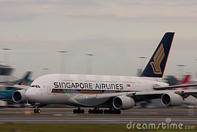 Singapore Airlines Airbus A380 en cauce. Imagen de archivo editorial