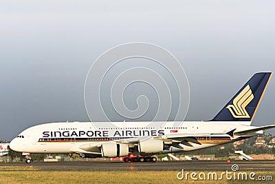 Singapore Airlines Airbus A380 en el cauce. Imagen de archivo editorial