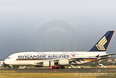 Singapore Airlines Airbus A380 na pista de decolagem. Imagem de Stock Editorial