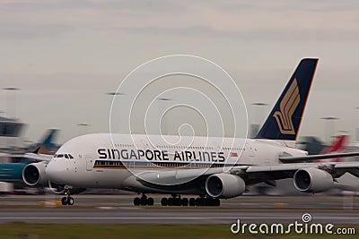 Singapore Airlines Airbus A380 sur la piste. Image stock éditorial
