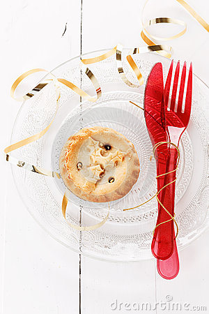 Single Christmas fruit mince pie in a crystal plate and red Christmas ...