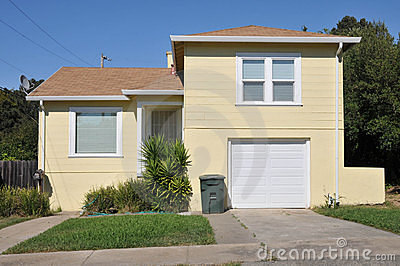 Single family house one story with driveway