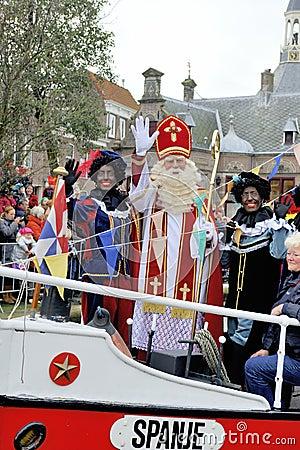 Sinterklaas die op zijn Stoomboot met zijn zwarte helpers aankomen (Zw Redactionele Afbeelding