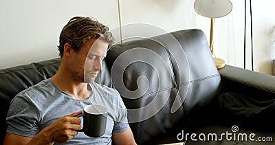 Sirva comer café mientras que lee un libro en la sala de estar 4k metrajes