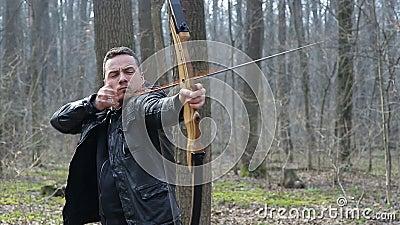 Sirva el lanzamiento con un arco en el bosque metrajes
