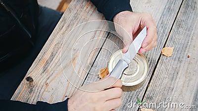 Sirva la comprobación de cómo es el sostenido el cuchillo que frecuenta y hundiéndolo en la tabla almacen de video