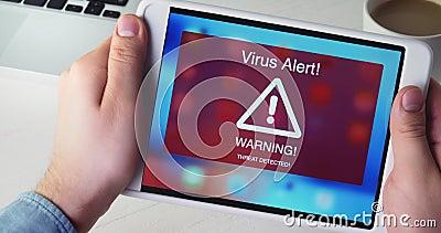 Sirva la tableta digital de los controles con la señal de peligro de la alarma del virus en la exhibición metrajes