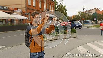 Sirva las atracciones turísticas de la ciudad de la película en su smartphone, turismo, tecnologías almacen de metraje de vídeo