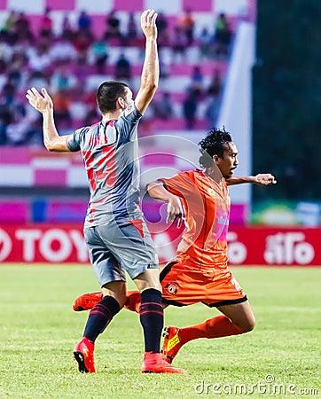 SISAKET THAILAND-JUNE 29: Somsak Wongyai of Sisaket FC. (orange) Editorial Photography