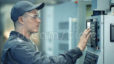 Sistema de funcionamiento del panel de control del trabajador del ingeniero industrial en la planta de la fabricación almacen de video
