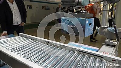 Sistema de transportador automatizado robótico de FLEXLINK durante la exposición grande PacTec en Helsinki metrajes