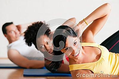 Sit-ups na ginástica para a aptidão