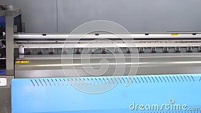 Situación de la prensa del chorro de tinta del formato grande en el taller de impresión Panorama de la impresora industrial 4K almacen de video