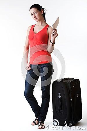 Mujer joven que tiene idea del viaje