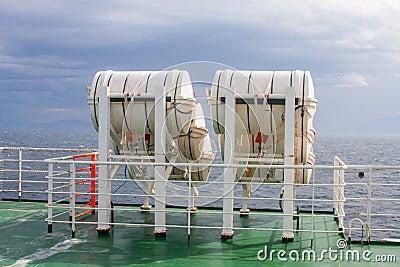 Barils de sauveteur sur le ferry