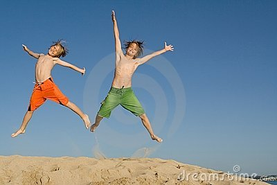 Skaczący dzieci szczęśliwi