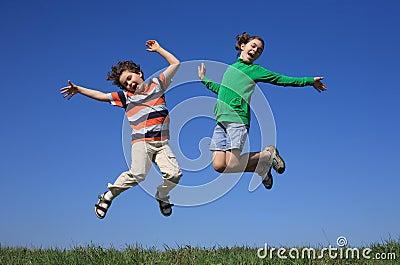 Skacze dzieciaki plenerowi