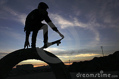 Skateboarder di alba