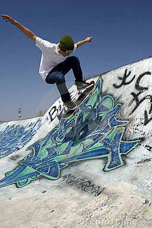 Free Skateboarder Doing Trick On Ramp Royalty Free Stock Photos - 5286158