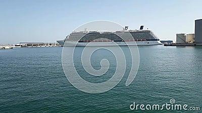 Skepp för kändisreflexionskryssning som lämnar skeppsdockorna från Malaga port arkivfilmer