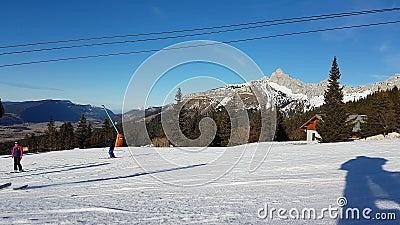 Ski et snowboarding de Ski Slope With Many People banque de vidéos