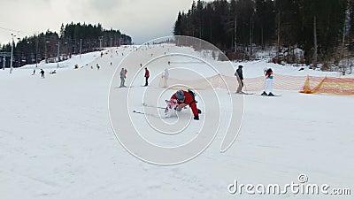 Ski Resort #1, esquiador que cae almacen de metraje de vídeo