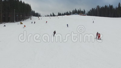 Ski Resort #3, esquiadores desce do monte, aéreo filme
