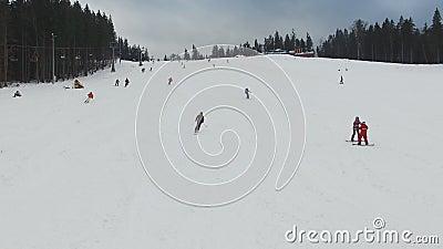 Ski Resort #3, esquiadores desciende de la colina, aérea metrajes